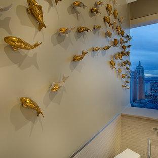 Foto de cuarto de baño principal, asiático, grande, con armarios abiertos, encimera de cuarzo compacto, bañera exenta, baldosas y/o azulejos blancos y suelo de baldosas de cerámica