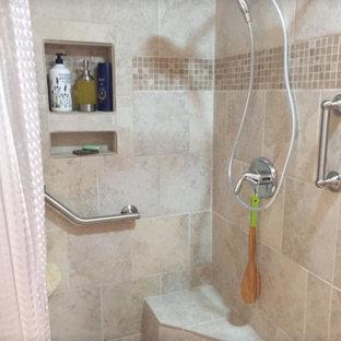 Aménagement d'une petit salle d'eau sud-ouest américain avec une douche d'angle, un carrelage beige, des carreaux de céramique, un mur beige et une cabine de douche avec un rideau.