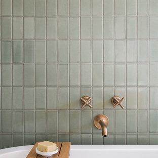 Foto på ett retro badrum, med grön kakel och cementkakel