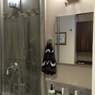 シアトルの小さいコンテンポラリースタイルのおしゃれなバスルーム (浴槽なし) (フラットパネル扉のキャビネット、濃色木目調キャビネット、コーナー設置型シャワー、一体型トイレ、グレーのタイル、磁器タイル、白い壁、クッションフロア、アンダーカウンター洗面器、タイルの洗面台) の写真