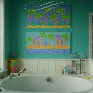 Ispirazione per una stanza da bagno padronale tropicale di medie dimensioni con ante lisce, ante bianche, top piastrellato, vasca da incasso, piastrelle bianche, piastrelle in ceramica, pareti verdi e pavimento con piastrelle in ceramica