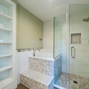 Imagen de cuarto de baño principal, actual, grande, con lavabo sobreencimera, armarios tipo mueble, puertas de armario de madera oscura, encimera de acrílico, bañera japonesa, ducha abierta, sanitario de dos piezas, baldosas y/o azulejos de cerámica, paredes multicolor, suelo de baldosas de porcelana, baldosas y/o azulejos grises y baldosas y/o azulejos blancos
