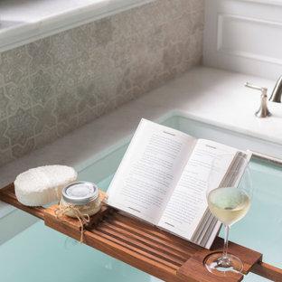 Foto di una stanza da bagno tradizionale con vasca sottopiano e top bianco