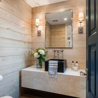 Ejemplo de cuarto de baño campestre, pequeño, con armarios abiertos, puertas de armario blancas, baldosas y/o azulejos beige, baldosas y/o azulejos de mármol, paredes beige, suelo de madera clara, lavabo sobreencimera, encimera de mármol y encimeras blancas