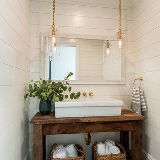 На фото: ванная комната среднего размера в стиле кантри с открытыми фасадами, белыми стенами, душевой кабиной, столешницей из дерева, коричневой столешницей, фасадами цвета дерева среднего тона, полом из известняка, настольной раковиной и бежевым полом