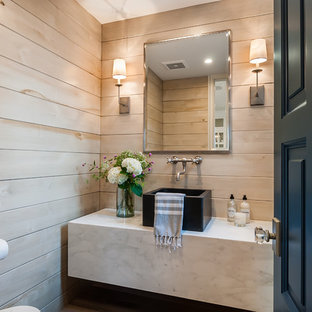 Bild på ett litet lantligt grå grått badrum med dusch, med öppna hyllor, vita skåp, bruna väggar, ljust trägolv, ett fristående handfat, marmorbänkskiva och brunt golv