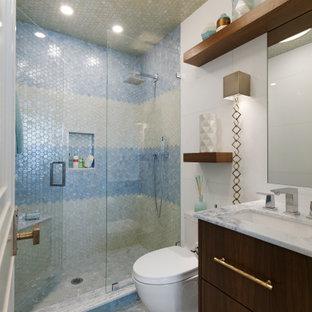 Idee per una piccola stanza da bagno per bambini boho chic con ante lisce, ante in legno bruno, vasca sottopiano, doccia alcova, WC a due pezzi, piastrelle blu, piastrelle di vetro, pareti bianche, pavimento con piastrelle a mosaico, lavabo sottopiano, top in quarzite, pavimento beige, porta doccia a battente, top blu, un lavabo e mobile bagno sospeso