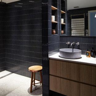シドニーの中くらいのコンテンポラリースタイルのおしゃれな浴室 (家具調キャビネット、中間色木目調キャビネット、洗い場付きシャワー、青いタイル、セラミックタイル、青い壁、テラゾーの床、グレーの床、オープンシャワー、グレーの洗面カウンター) の写真