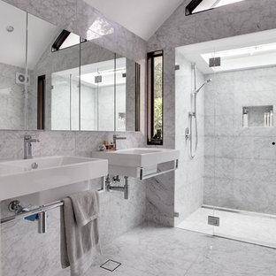 Imagen de cuarto de baño principal, actual, grande, con lavabo suspendido, ducha a ras de suelo, baldosas y/o azulejos blancos, armarios tipo vitrina, puertas de armario blancas, sanitario de una pieza, baldosas y/o azulejos de mármol, paredes multicolor, suelo de mármol y encimera de cuarcita