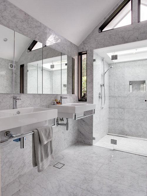 Salle de bain avec un plan de toilette en quartz et un for Placard suspendu salle de bain