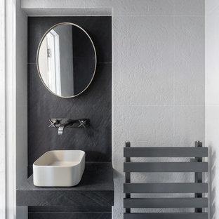 Esempio di una piccola stanza da bagno con doccia minimal con zona vasca/doccia separata, WC sospeso, pistrelle in bianco e nero, piastrelle in ceramica, pareti nere, pavimento con piastrelle in ceramica, lavabo rettangolare, top piastrellato, pavimento nero e top blu