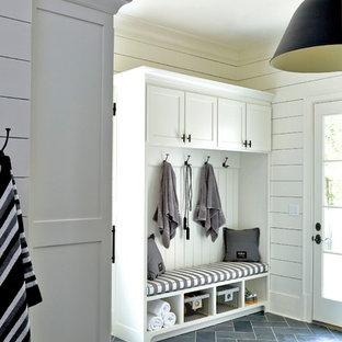 Immagine di un'ampia sauna country con ante in stile shaker, ante bianche, WC monopezzo, piastrelle nere, piastrelle in pietra, pareti bianche, pavimento in ardesia, lavabo sottopiano e top in granito