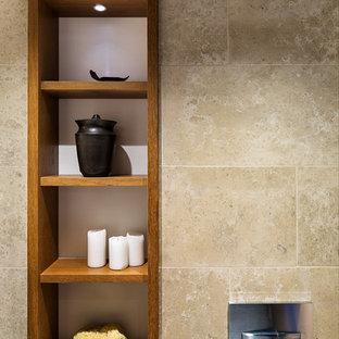 Modern inredning av ett litet badrum, med marmorbänkskiva, en dusch i en alkov, beige kakel, klinkergolv i keramik och orange skåp