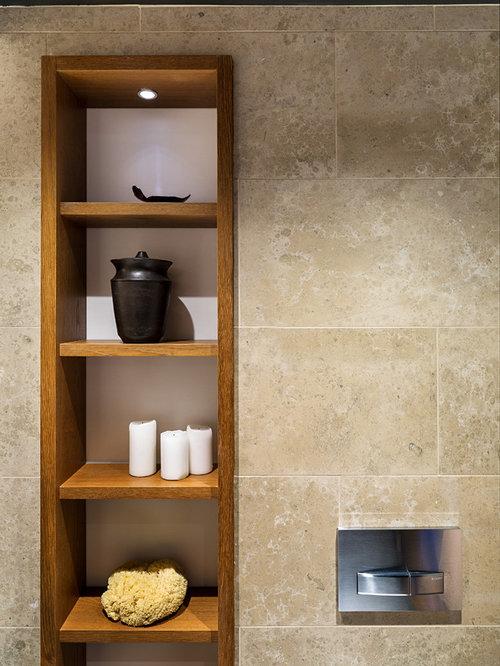 Salle de bain avec des portes de placard oranges et un - Customiser une porte de placard ...