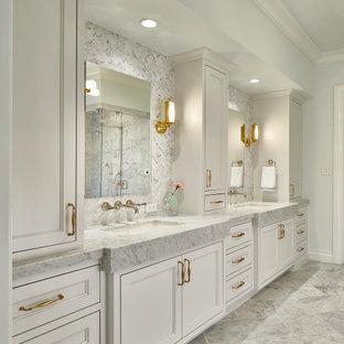 Esempio di una grande stanza da bagno padronale classica con pavimento in marmo, ante con riquadro incassato, ante grigie, piastrelle grigie, pareti grigie, lavabo sottopiano, pavimento grigio, top grigio, due lavabi e mobile bagno incassato