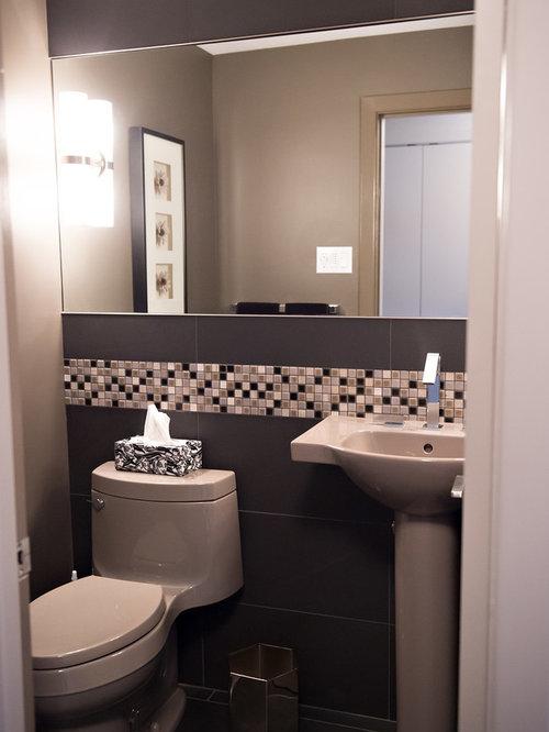 Salle d 39 eau avec un carrelage noir et blanc et un mur for Comdeco petite salle d eau