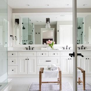 Foto di una stanza da bagno padronale classica con ante bianche, top in superficie solida, piastrelle bianche, piastrelle di marmo, pareti grigie, pavimento grigio, porta doccia a battente, ante con riquadro incassato e doccia ad angolo