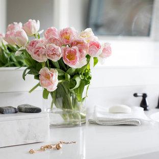 Foto de cuarto de baño principal, campestre, con armarios estilo shaker, puertas de armario blancas, baldosas y/o azulejos blancos, baldosas y/o azulejos de mármol, encimera de acrílico y ducha con puerta con bisagras