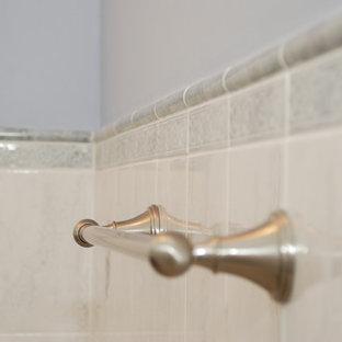Esempio di una stanza da bagno tradizionale di medie dimensioni con lavabo sottopiano, ante in legno bruno, top in marmo, piastrelle bianche, piastrelle in ceramica, pareti blu e pavimento in linoleum