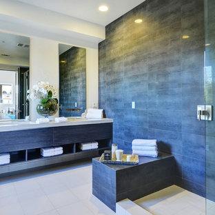 Foto de cuarto de baño contemporáneo con armarios con paneles lisos, ducha abierta, baldosas y/o azulejos grises, paredes beige y ducha abierta