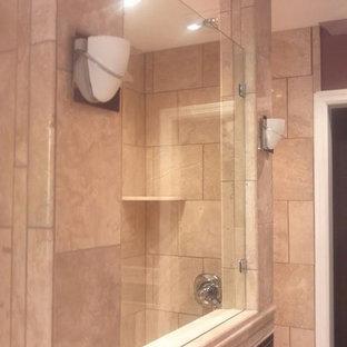 Inspiration pour une salle de bain principale traditionnelle de taille moyenne avec un placard à porte affleurante, une douche ouverte, un carrelage beige, un carrelage de pierre et un mur violet.