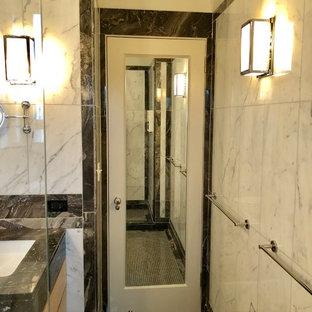 Foto di una stanza da bagno design di medie dimensioni con ante lisce, ante in legno chiaro, doccia alcova, WC a due pezzi, piastrelle bianche, piastrelle di marmo, pareti bianche, pavimento con piastrelle a mosaico, lavabo sottopiano, top in marmo, pavimento nero, porta doccia scorrevole e top nero