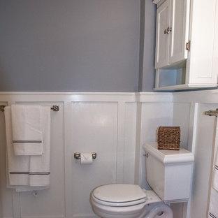 Foto de cuarto de baño de estilo de casa de campo, pequeño, con sanitario de dos piezas, baldosas y/o azulejos grises, baldosas y/o azulejos en mosaico, paredes grises, suelo de mármol, puertas de armario blancas, bañera empotrada, combinación de ducha y bañera, lavabo con pedestal, suelo gris y ducha con cortina