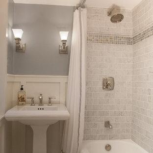 Kleines Landhaus Badezimmer mit Sockelwaschbecken, Duschbadewanne, Wandtoilette mit Spülkasten, grauen Fliesen, Metrofliesen, grauer Wandfarbe, Marmorboden, Badewanne in Nische, grauem Boden und Duschvorhang-Duschabtrennung in Philadelphia