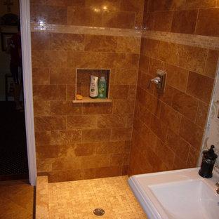 ニューヨークの中サイズのトラディショナルスタイルのおしゃれなバスルーム (浴槽なし) (オープン型シャワー、分離型トイレ、ベージュのタイル、セラミックタイル、マルチカラーの壁、セラミックタイルの床、ペデスタルシンク) の写真