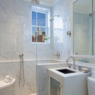 Ejemplo de cuarto de baño principal, contemporáneo, pequeño, con lavabo bajoencimera, armarios tipo vitrina, puertas de armario blancas, encimera de mármol, ducha empotrada, sanitario de dos piezas, baldosas y/o azulejos grises, baldosas y/o azulejos de piedra, paredes grises y suelo con mosaicos de baldosas