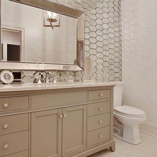 Idee per una stanza da bagno di medie dimensioni con WC a due pezzi, piastrelle a specchio, pareti bianche, lavabo sottopiano e top in marmo