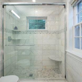 Inspiration för ett litet vintage en-suite badrum, med ett undermonterad handfat, luckor med glaspanel, skåp i mörkt trä, marmorbänkskiva, ett badkar i en alkov, en dusch i en alkov, en toalettstol med hel cisternkåpa, vit kakel, stenkakel, vita väggar och marmorgolv