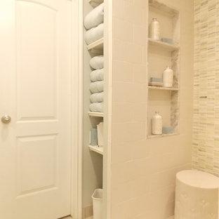 Стильный дизайн: маленькая ванная комната в классическом стиле с открытыми фасадами, белыми фасадами, мраморной столешницей, открытым душем, белой плиткой, плиткой мозаикой, полом из керамической плитки, душевой кабиной, унитазом-моноблоком, врезной раковиной, бежевыми стенами, белым полом и открытым душем - последний тренд