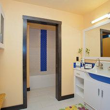 Contemporary Bathroom by CANTILEVER STUDIO