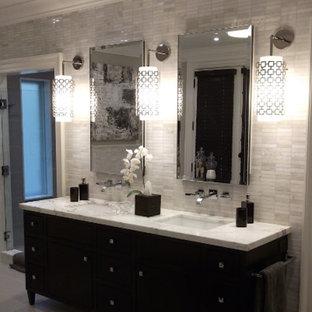 Ispirazione per una grande stanza da bagno padronale moderna con consolle stile comò, ante in legno bruno, pareti multicolore, lavabo sottopiano, top in marmo, vasca freestanding, pavimento con piastrelle in ceramica e doccia doppia