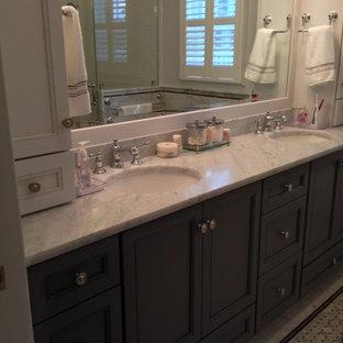 ニューヨークのトラディショナルスタイルのおしゃれな浴室 (グレーのキャビネット、大理石の洗面台) の写真