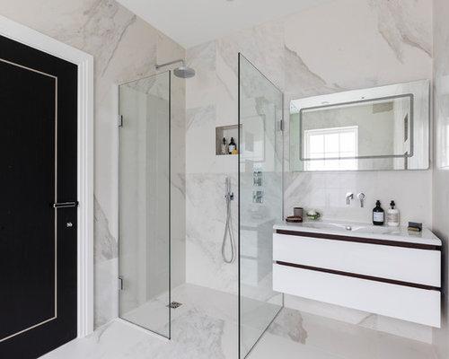 Bagno con pistrelle in bianco e nero e piastrelle di marmo foto