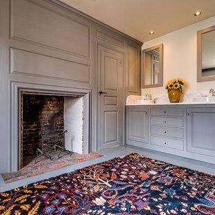 Diseño de cuarto de baño principal, tradicional, de tamaño medio, con puertas de armario grises, encimera de mármol, suelo de madera pintada, armarios con paneles con relieve y paredes blancas