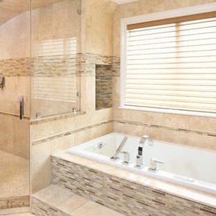 Inredning av ett modernt mycket stort bastu, med släta luckor, skåp i mörkt trä, ett badkar i en alkov, en toalettstol med hel cisternkåpa, beige kakel, stenkakel, beige väggar, travertin golv, ett integrerad handfat, bänkskiva i glas, en hörndusch och dusch med gångjärnsdörr