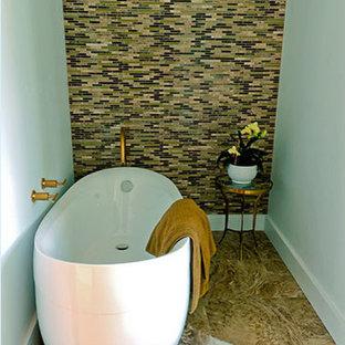 Inspiration pour une petit salle d'eau design avec un bain japonais, un mur multicolore et un sol en travertin.
