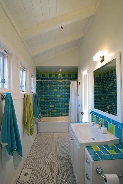 Tropical Bathroom by Jeannette Architects