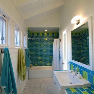 Tropisches Kinderbad mit Mosaikfliesen, gefliestem Waschtisch und bunter Waschtischplatte in Orange County