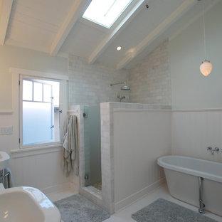 Immagine di una stanza da bagno tropicale con vasca freestanding, lavabo sospeso, doccia aperta, piastrelle diamantate e porta doccia a battente