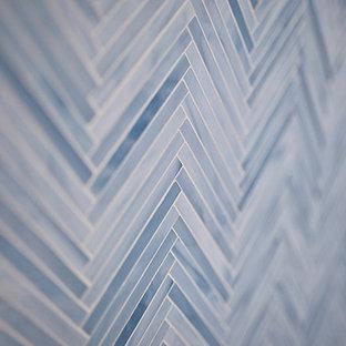 Immagine di una stanza da bagno bohémian di medie dimensioni con lavabo sottopiano, ante in stile shaker, ante grigie, top in quarzo composito, doccia alcova, WC a due pezzi, piastrelle beige, piastrelle a mosaico, pareti grigie e pavimento in gres porcellanato