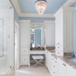 Klassisches Badezimmer En Suite mit Unterbauwaschbecken, Schrankfronten im Shaker-Stil, weißen Schränken, Marmor-Waschbecken/Waschtisch, Steinfliesen, blauer Wandfarbe, Marmorboden und beigefarbenen Fliesen in Atlanta