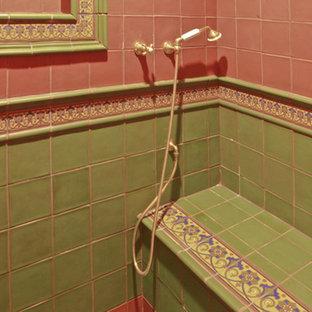Immagine di una stanza da bagno american style con lavabo sottopiano, consolle stile comò, ante in legno scuro, top in marmo, vasca freestanding, doccia alcova, piastrelle verdi e piastrelle in ceramica