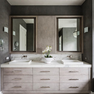 Bild på ett mellanstort funkis en-suite badrum, med släta luckor, ett platsbyggt badkar, en dusch i en alkov, grå väggar och ett fristående handfat