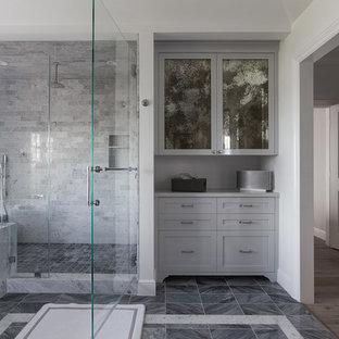Bild på ett mellanstort funkis en-suite badrum, med skåp i shakerstil, grå skåp, en dusch i en alkov, en toalettstol med separat cisternkåpa, grå kakel, vit kakel, stenhäll, vita väggar, klinkergolv i porslin, ett undermonterad handfat och marmorbänkskiva