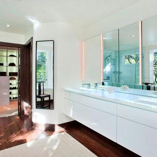 Esempio di una stanza da bagno minimal con top in vetro e lavabo sottopiano