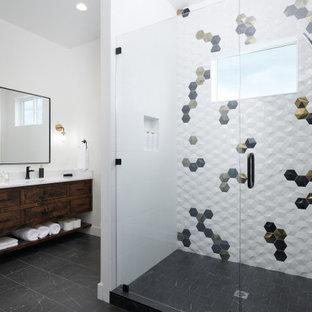 Inspiration för moderna vitt badrum, med släta luckor, skåp i mörkt trä, en dusch i en alkov, flerfärgad kakel, vita väggar, ett undermonterad handfat, svart golv och dusch med gångjärnsdörr